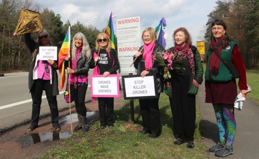 Friedensfreundinnen mit Fahnen und Schildern «Stop Killer Drones».