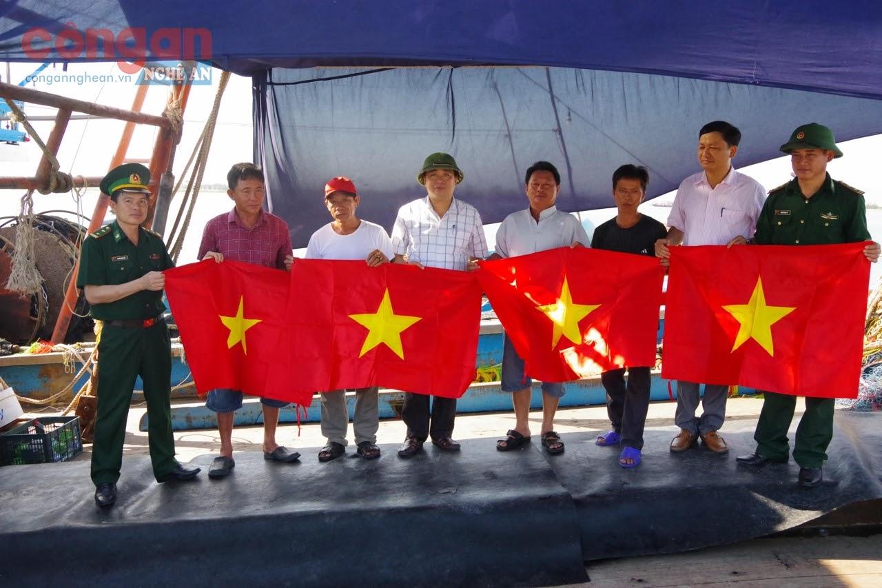 Các đại biểu tặng 500 lá cờ Tổ quốc cho ngư dân