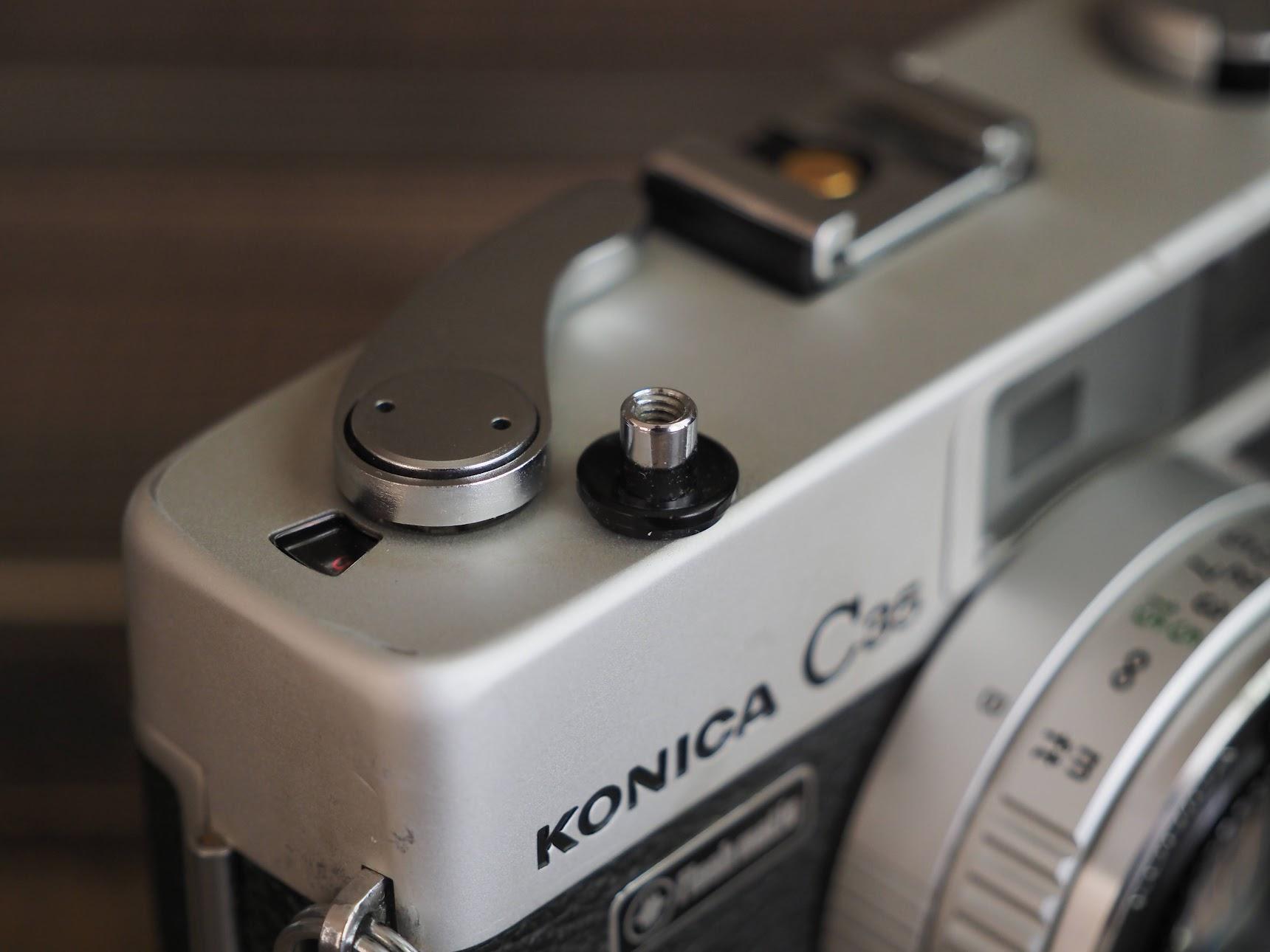 コニカC35のシャッターボタン