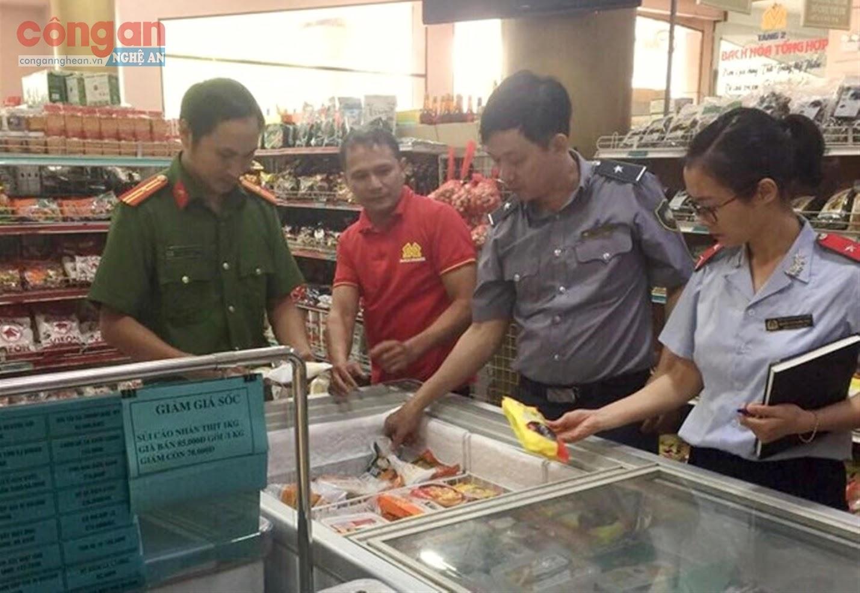 Đoàn kiểm tra liên ngành tiến hành kiểm tra tại một siêu thị trên địa bàn TP Vinh