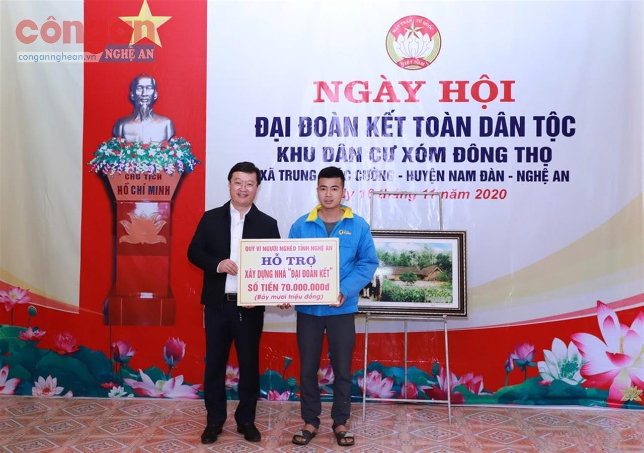 Chủ tịch UBND tỉnh Nguyễn Đức Trung trao tiền hỗ trợ xây dựng                        nhà đại đoàn kết cho gia đình anh Phan Quốc Ngọc trú tại xóm Đông Thọ,             xã Trung Phúc Cường, huyện Nam Đàn