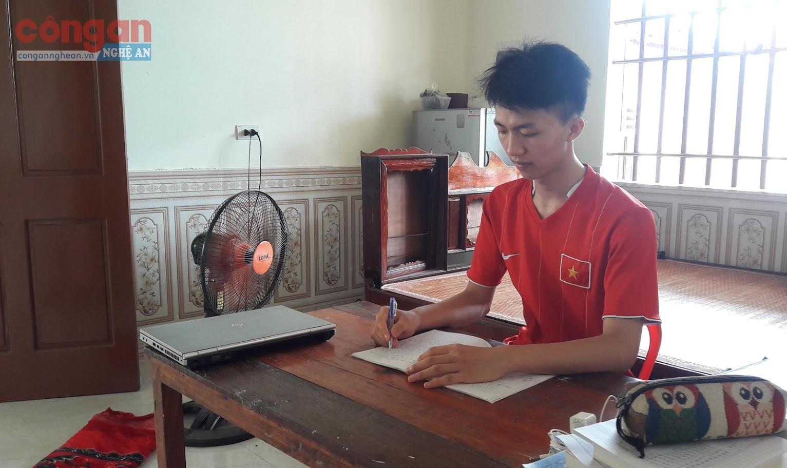Niềm vui của Hoàng Viết Hậu khi đạt điểm cao, có cơ hội                                         vào Trường Đại học Ngoại thương Hà Nội ở kỳ tuyển sinh sắp tới