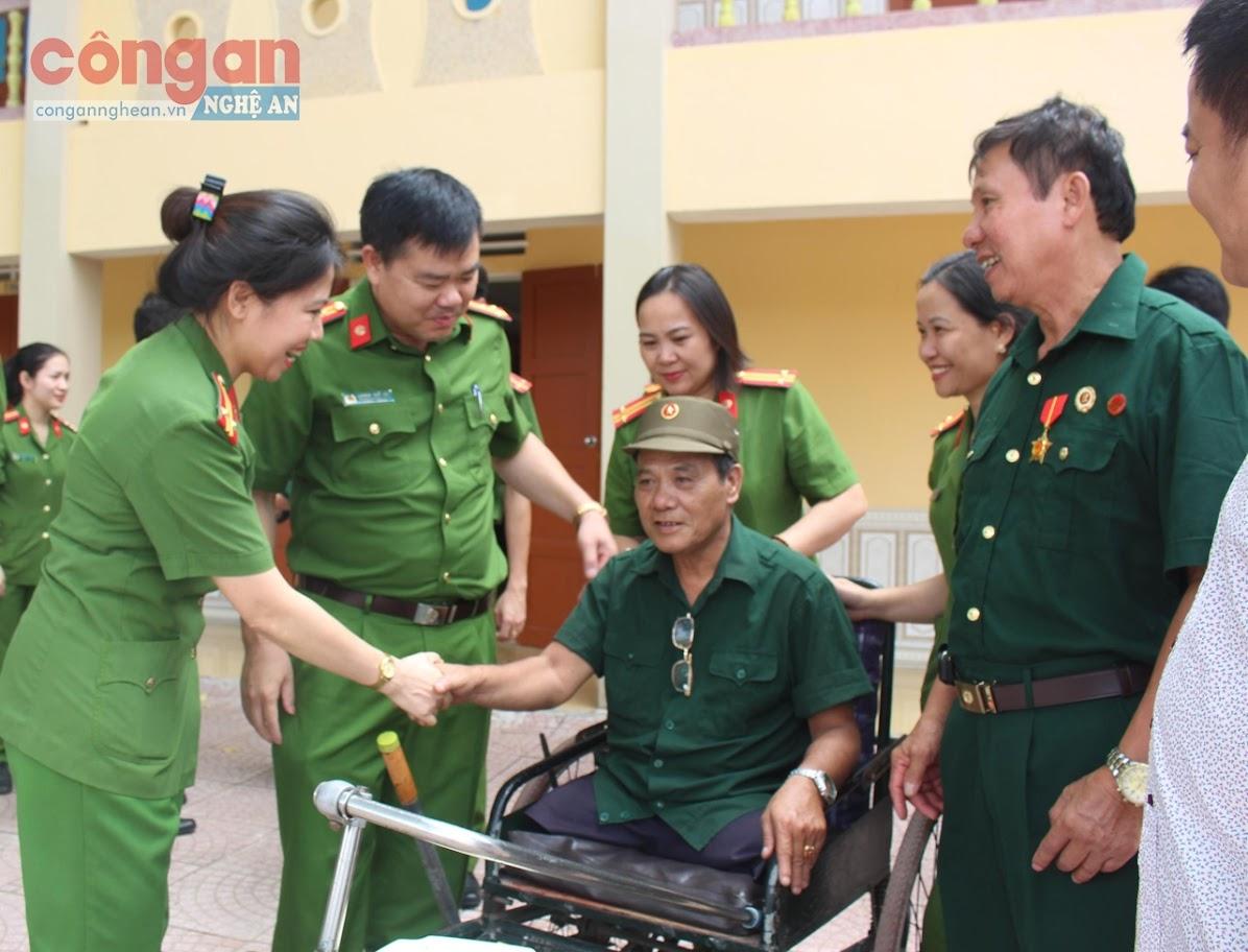 Nhiều tấm gương tiêu biểu trong học tập và làm theo                     tư tưởng, đạo đức, phong cách Hồ Chí Minh xuất hiện               trong công tác, chiến đấu của Công an tỉnh Nghệ An