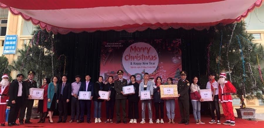 Đoàn thanh niên Công an tỉnh trao quà cho các em