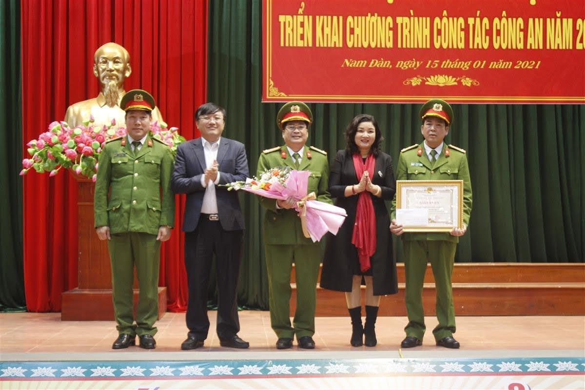 Bí thư Huyện ủy Nguyễn Hồng Hoa và Chủ tịch UBND huyện Nam Đàn Nguyễn Hồng Sơn tặng quà biểu dương Ban Chuyên án 121T (thu giữ gần 3kg ma túy đá)