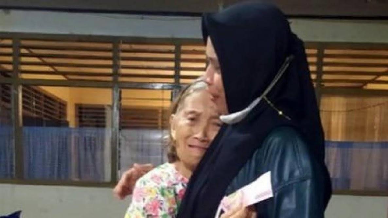Wanita berhijab membelikan Al-kitab untuk nenek kristiani di Manado