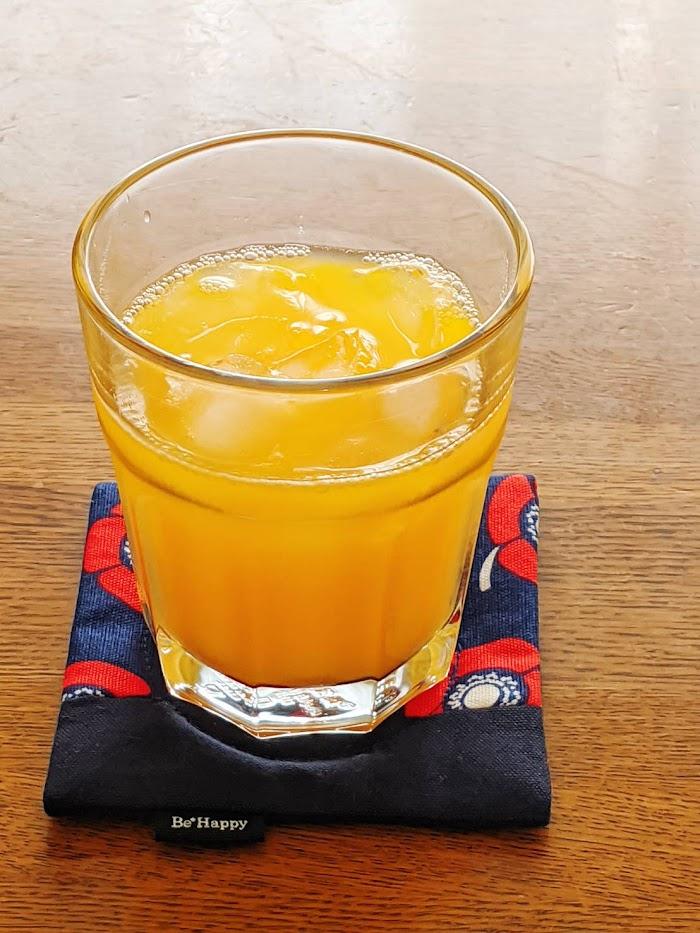 グラスに入ったみかんいよかんジュースの画像