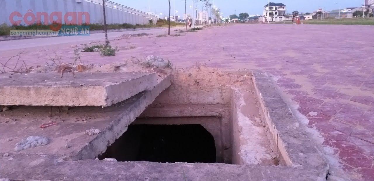 """Một hố ga mất nắp, """"bẫy"""" người đi đường ngay tại cầu vượt đường 72 m (khối 9, phường Quán Bàu)….."""