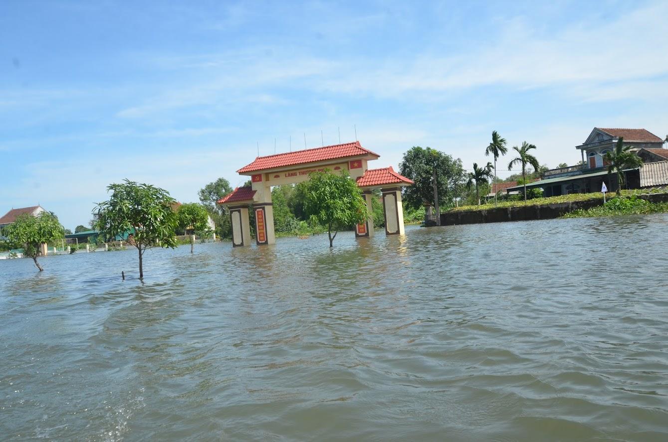 Đường vào xã Tượng Sơn mênh mông biển nước