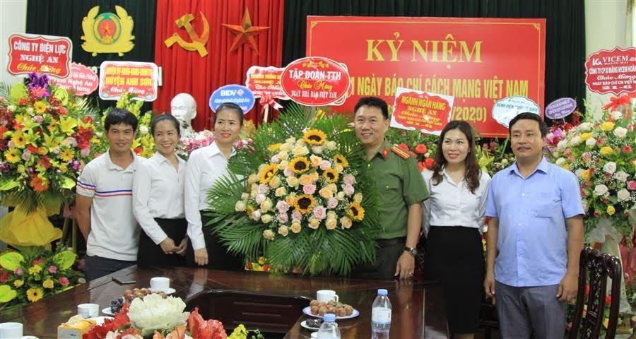 Tập đoàn TTH (Thái Thượng Hoàng) chúc mừng