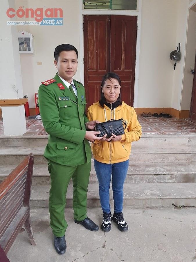 Công an xã Đại Đồng trao trả tài sản                      cho chị Nguyên