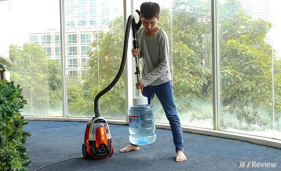 Hitachi CV-SE230V có thể hút và nhấc bổng dễ dàng bình nước lọc 20 lít.