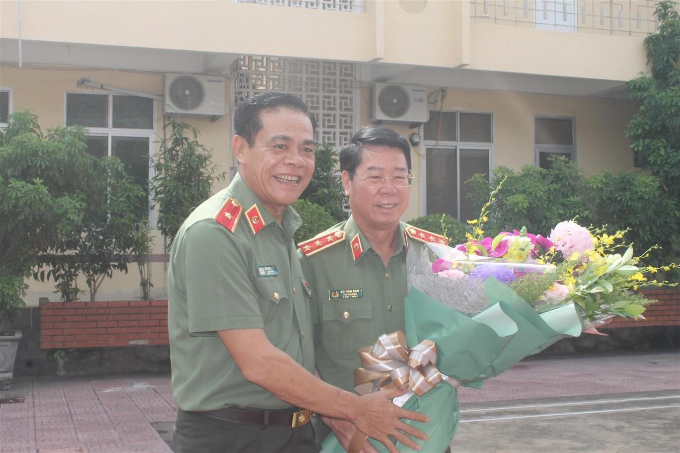Đồng chí Thiếu tướng Võ Trọng Hải, Giám đốc Công an tỉnh tặng hoa cho đồng chí Thượng tướng Bùi Văn Nam, Ủy viên BCH Trung ương Đảng, Thứ trưởng Bộ Công an về thăm và làm việc tại Công an Nghệ An