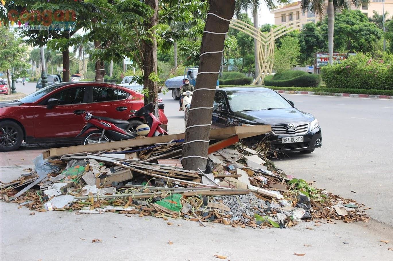 Rác thải tấp đống trên vỉa hè, dưới gốc cây