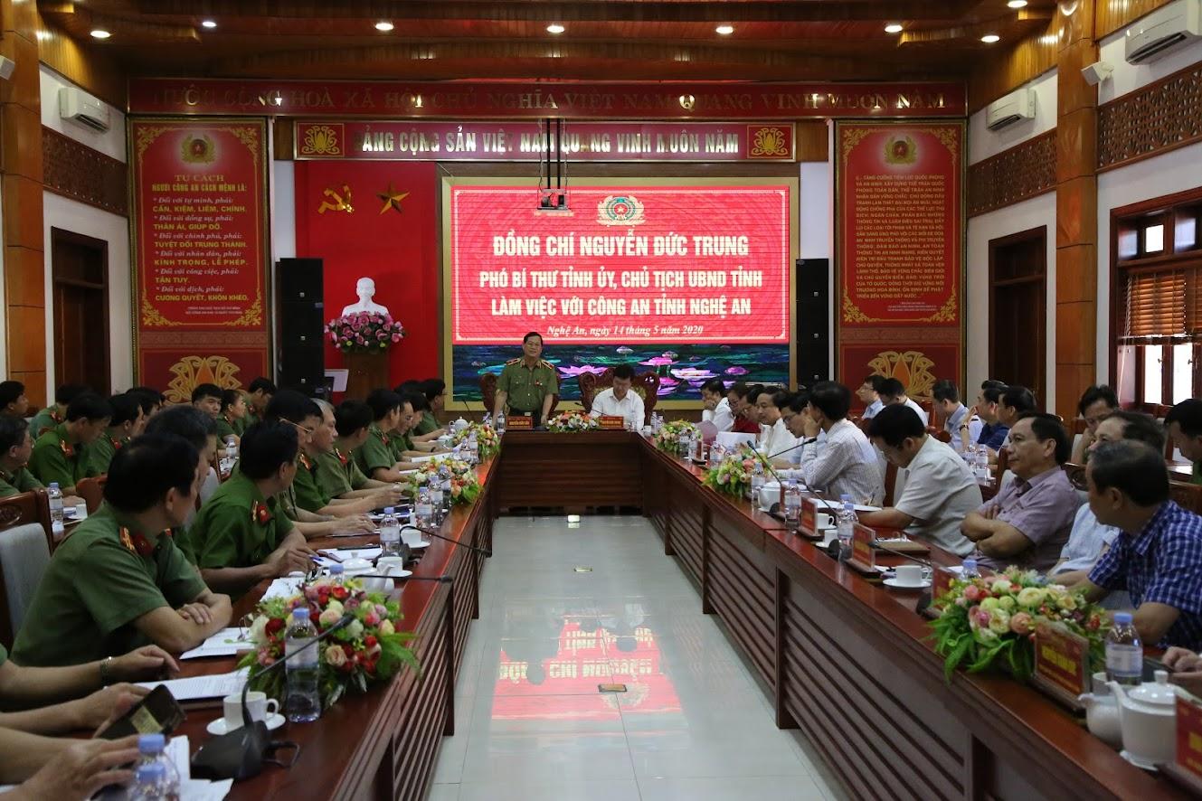 Thiếu tướng Nguyễn Hữu Cầu, Giám đốc Công an tỉnh phát biểu tại hội nghị