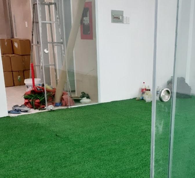 Đo đạc các bức vách dễ dàng khi thi công Thảm cỏ nhựa