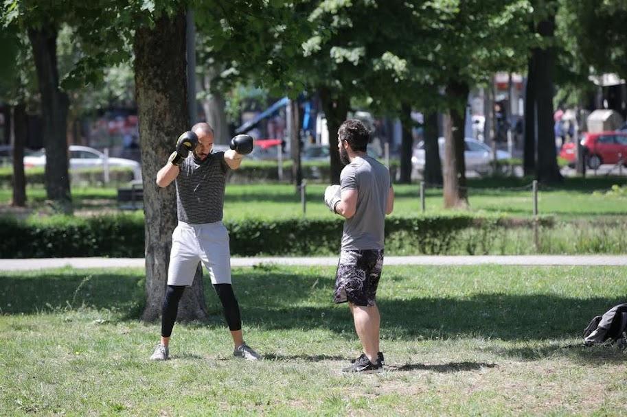 mladi u parku