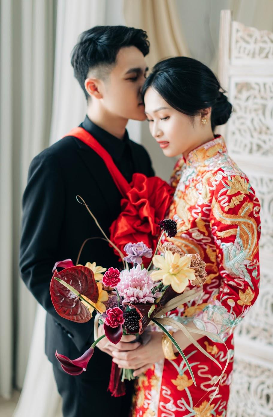 中式龍鳳掛婚紗 / 中式 傳統 婚紗 / 美式婚紗婚禮 / 台中自助婚紗, 春季,在目沐攝影棚,替兩位新人拍攝了這組 中式龍鳳掛 婚紗,著中式 傳統 服裝的 Shirley , 如此地優雅動人, 搭配獨有設計的 中國風 捧花,好美好美。午後我們前往遼闊的彰濱,追逐著陽光,而我替他們紀錄了穿著經典白紗的 逐光 婚紗。