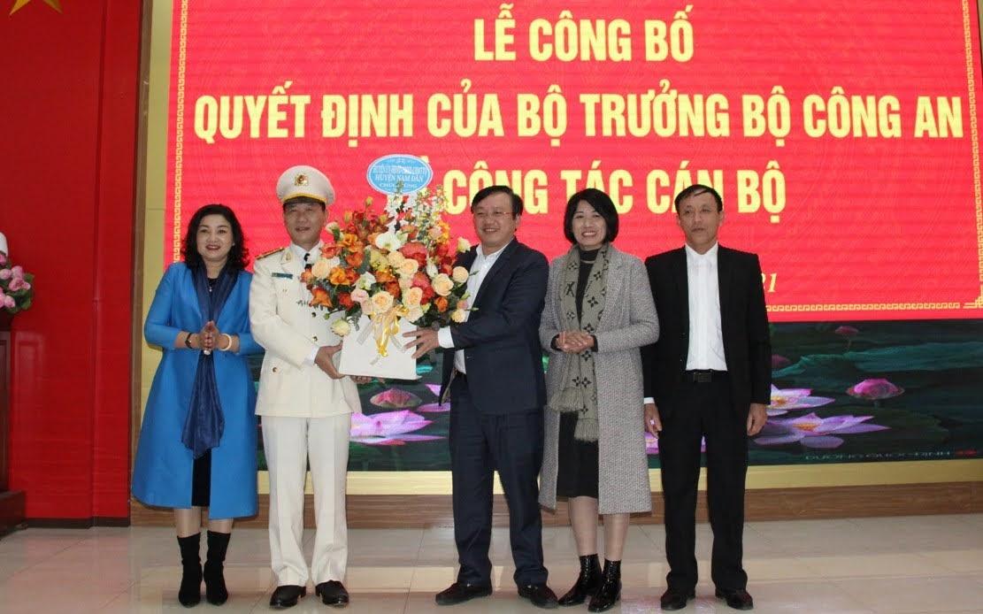 Lãnh đạo huyện Nam Đàn tặng hoa chúc mừng đồng chí Đại tá Lê Văn Thái -  Phó Giám đốc Công an tỉnh