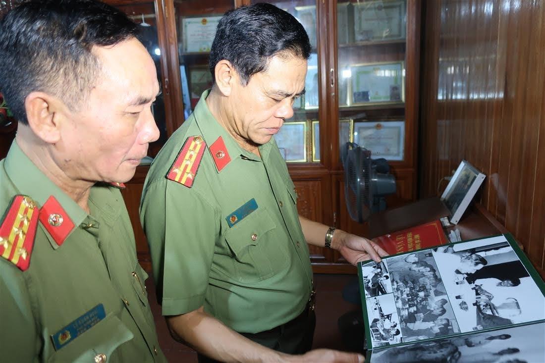 Đồng chí Đại tá Võ Trọng Hải – Giám đốc Công an tỉnh xem hình ảnh lưu niệm về cố Thiếu tướng Lê Văn Khiêu