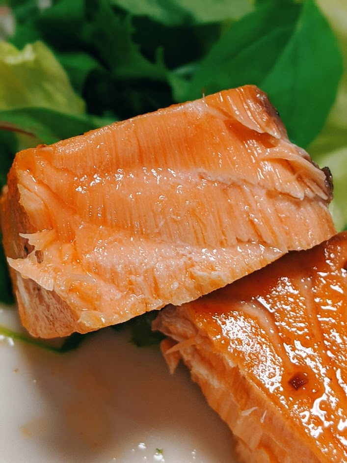 エンペラーサーモンのレアステーキの断面画像