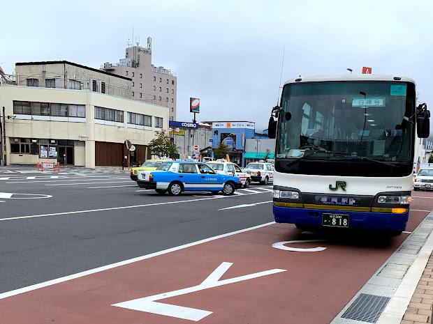 久慈駅前2番のりばに停車中の白樺号