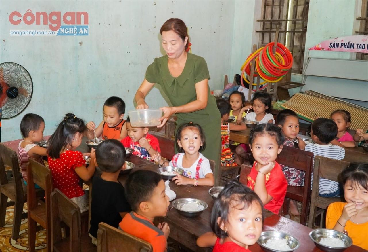 Với việc được hỗ trợ thuê khoán nấu ăn, giáo viên các huyện miền núi                 từ nay sẽ tập trung dạy học thay vì vất vả vừa tổ chức dạy trẻ, vừa lo quản lý, tổ chức bán trú