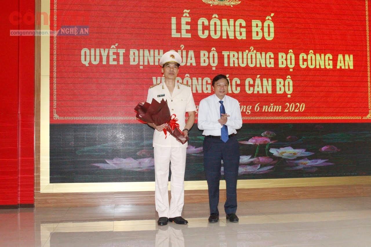 Đồng chí Lê Hồng Vinh, Ủy viên BTV Tỉnh ủy, Phó Chủ tịch thường trực UBND tỉnh tặng hoa chúc mừng đồng chí Phó Giám đốc