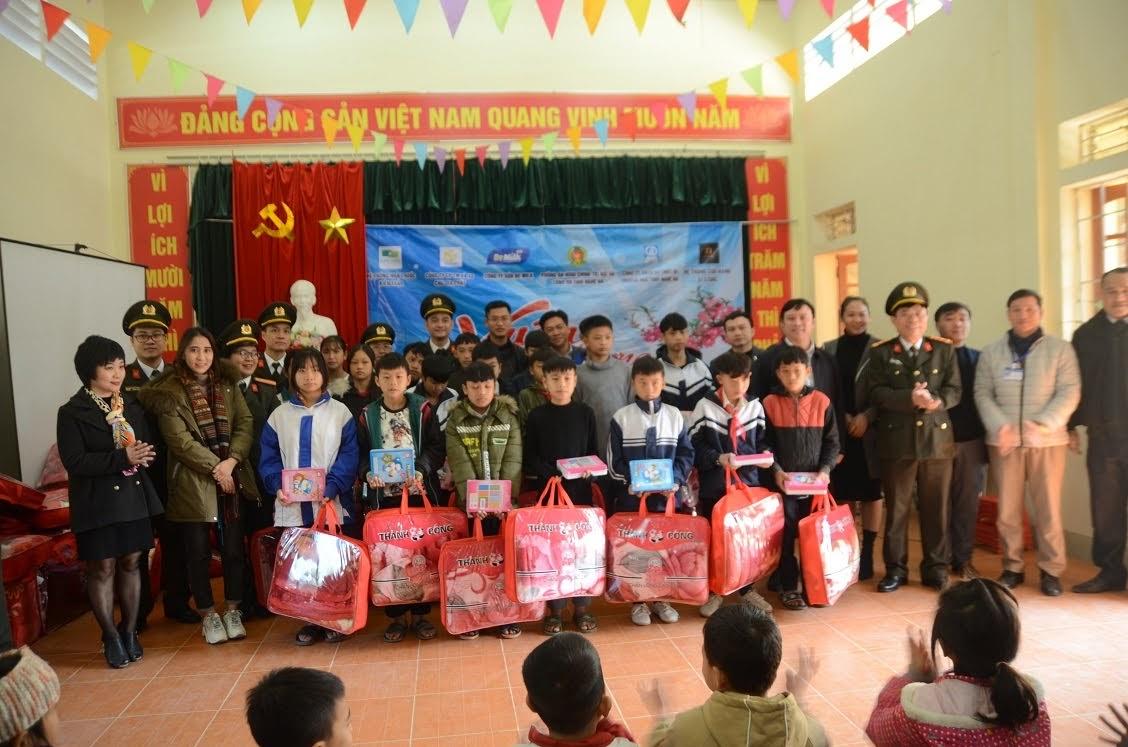 Phòng An ninh Chính trị nội bộ phối hợp các nhà hảo tâm tổ chức thiện nguyện
