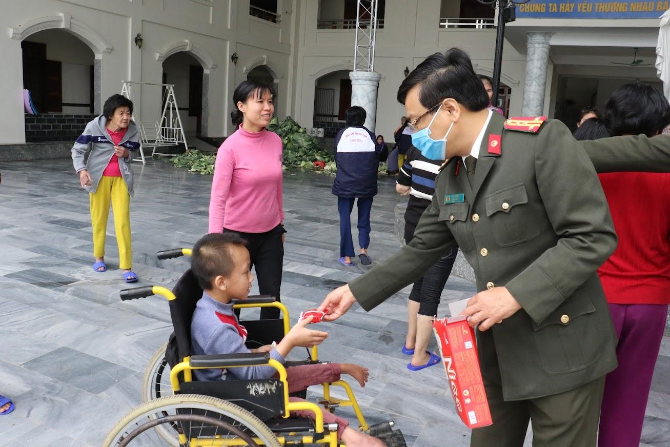 Đại tá Hồ Văn Tứ, PGĐ Công an tỉnh cảm thông, chia sẻ với những mảnh đời bất hạnh tại Mái ấm Thiên Tâm