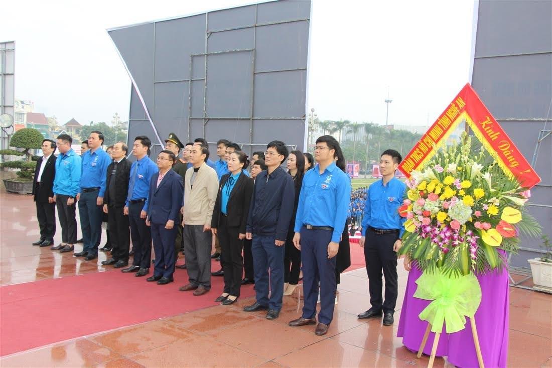 Đoàn đại biểu dâng hương, dâng hoa tại Quảng trường Hồ Chí Minh