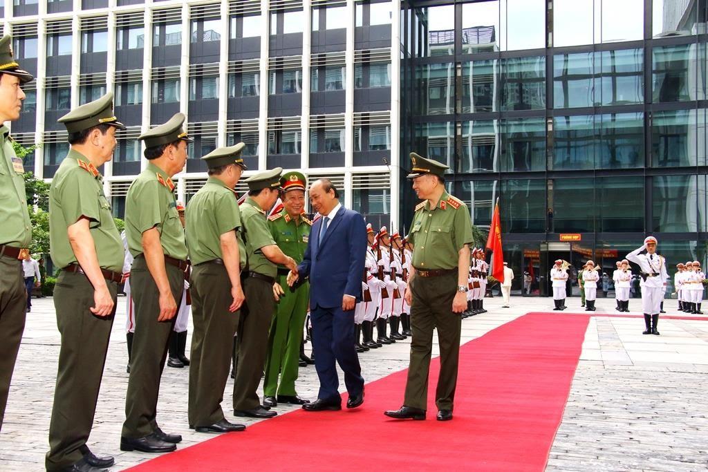Các đồng chí Thứ trưởng Bộ Công an chào mừng Thủ tướng Chính phủ Nguyễn Xuân Phúc dự Hội nghị