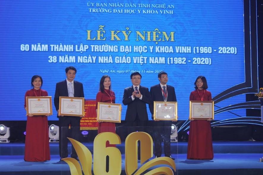 Đồng chí Bùi Đình Long, Phó Chủ tịch UBND tỉnh trao Bằng khen của Chủ tịch UBND tỉnh cho 5 tập thể trường Đại học Y khoa Vinh
