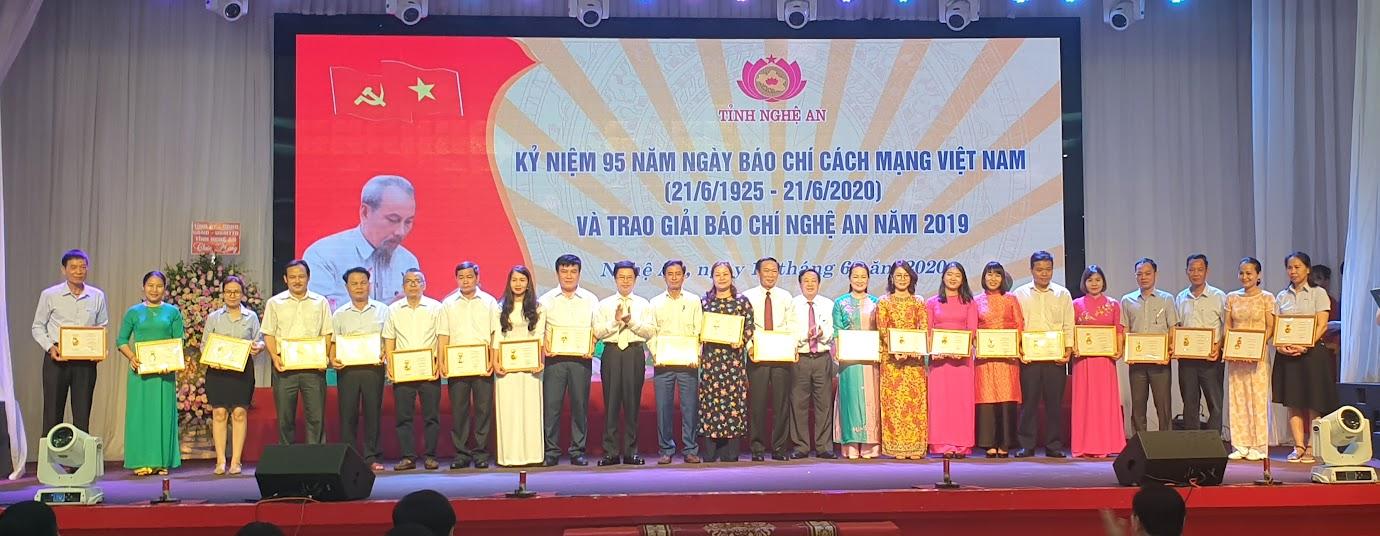 Trao Kỷ niệm chương Vì sự nghiệp báo chí Việt Nam cho 29 đồng chí