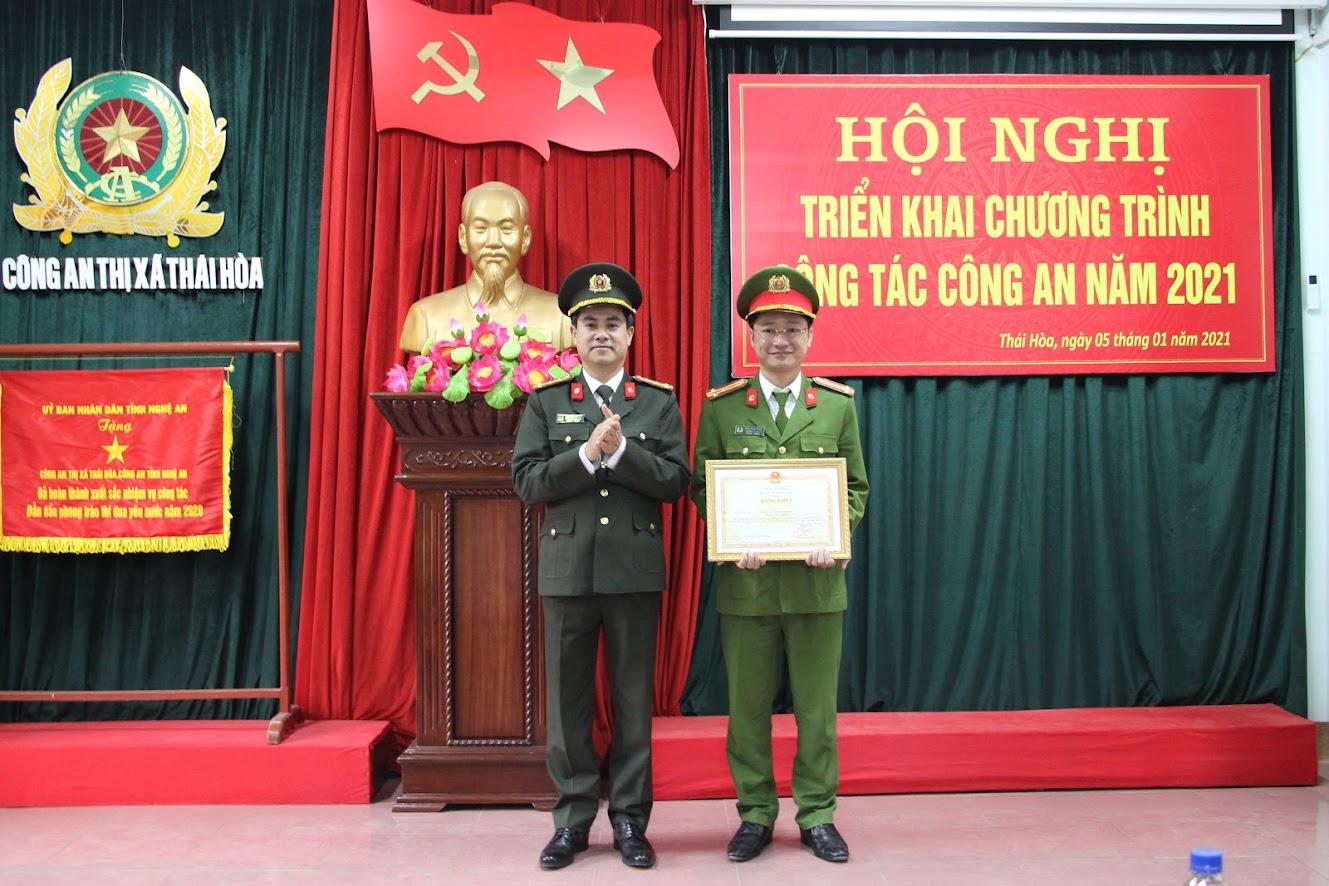 Đồng chí Đại tá Nguyễn Đức Hải, Phó Giám đốc Công an tỉnh trao Bằng khen của Bộ trưởng Bộ Công an cho Công an TX Thái Hòa vì có thành tích trong công tác dân vận giai đoạn 2012- 2020