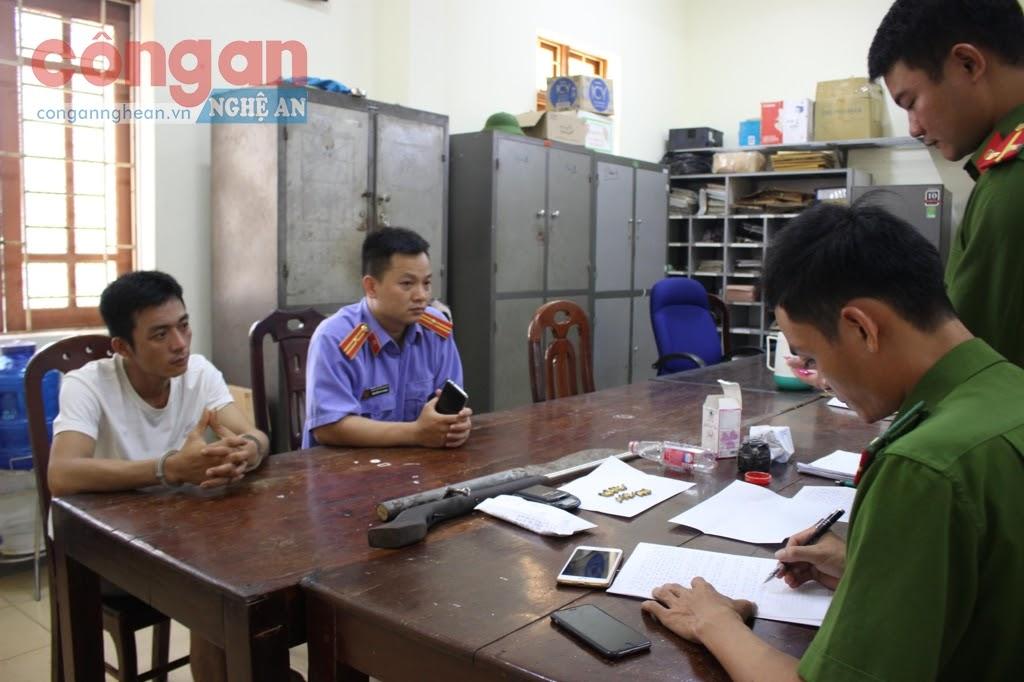 Công an huyện Hưng Nguyên làm việc với đối tượng tàng trữ trái phép ma túy