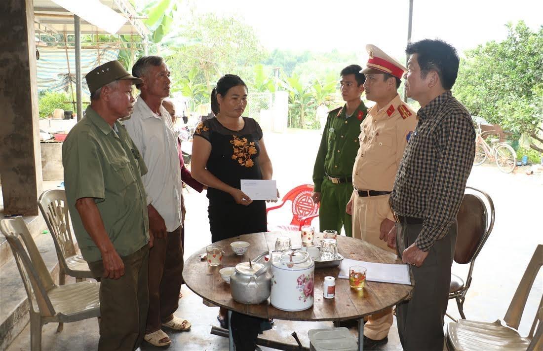 Đoàn Công tác đến thăm hỏi, động viên gia đình nạn nhân tại xã Bình Sơn, huyện Anh Sơn