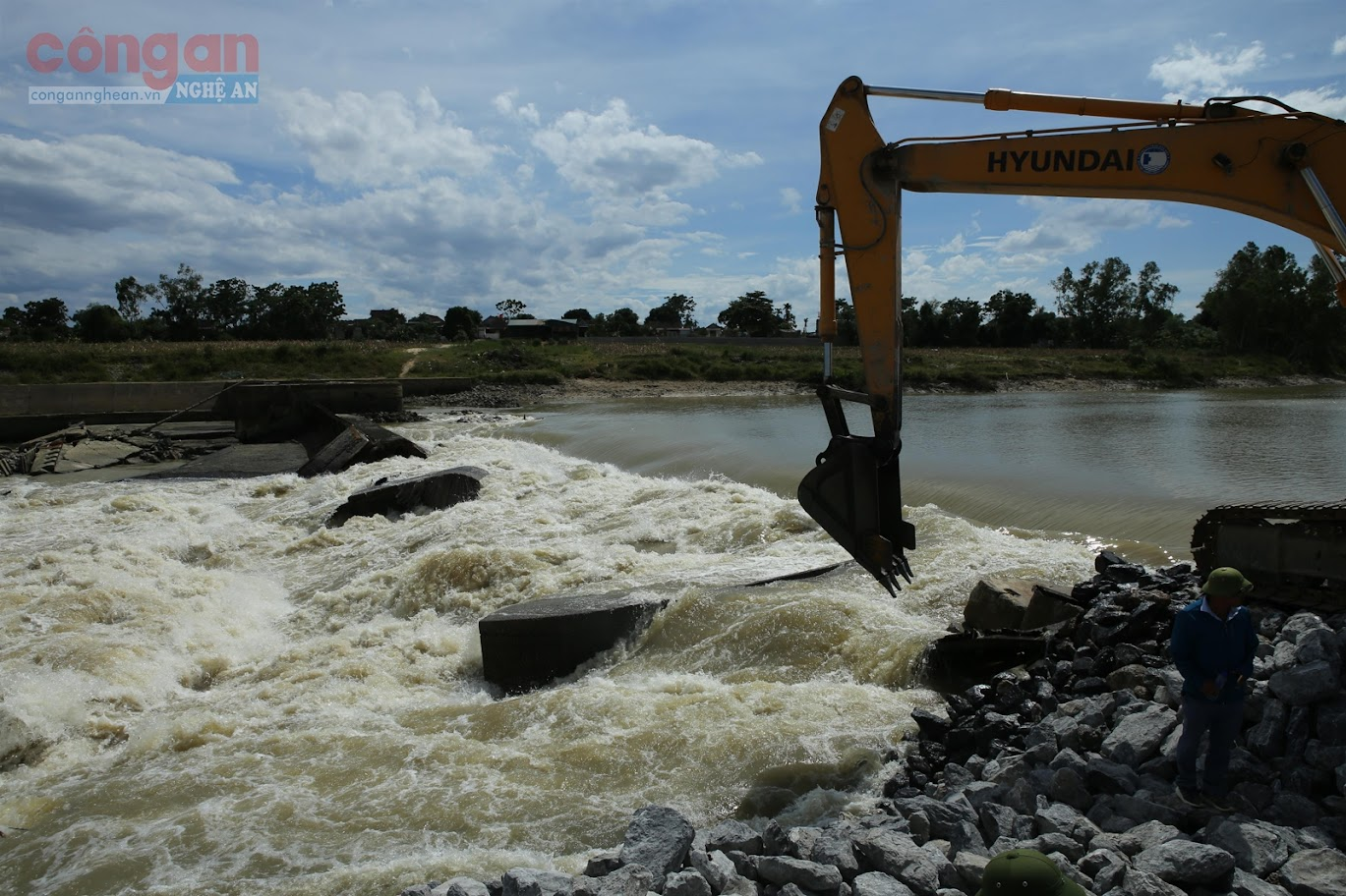 Đoạn đập tràn cũ của hệ thống Bara Đô Lương bị vỡ,                                             khiến mực nước chảy vào sông Đào xuống thấp