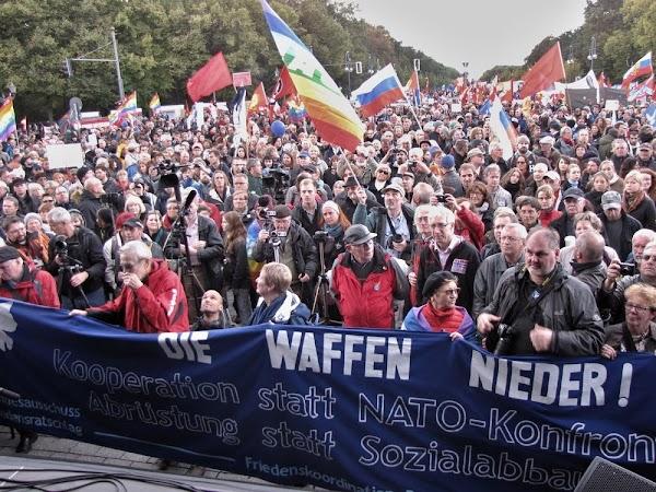 Massendemo, Frhnen, Tranparent: «Die Waffen nieder!...».