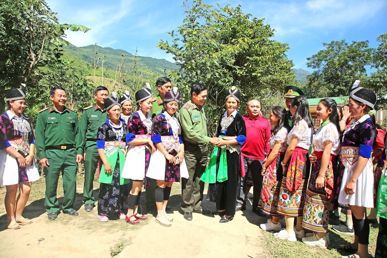 Đồng chí Thiếu tướng Võ Trọng Hải, Uỷ viên Ban Thường vụ Tỉnh uỷ, Giám đốc Công an tỉnh lắng nghe ý kiến người dân tại vùng biên giới rẻo cao huyện Kỳ Sơn.