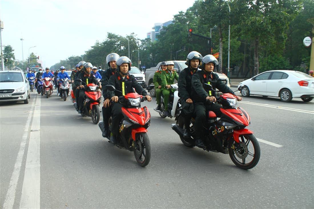 Sau lễ phát động, các lực lượng đoàn viên, thanh niên tham gia diễu hành tuyên truyền pháp luật tại TP Vinh.