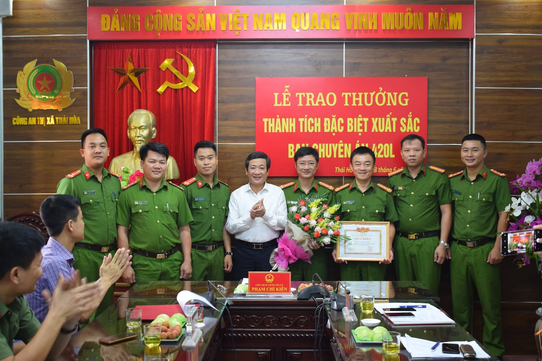 Đồng chí Phạm Chí Kiên, Chủ tịch UBND TX Thái Hòa trao thưởng cho Ban chuyên án