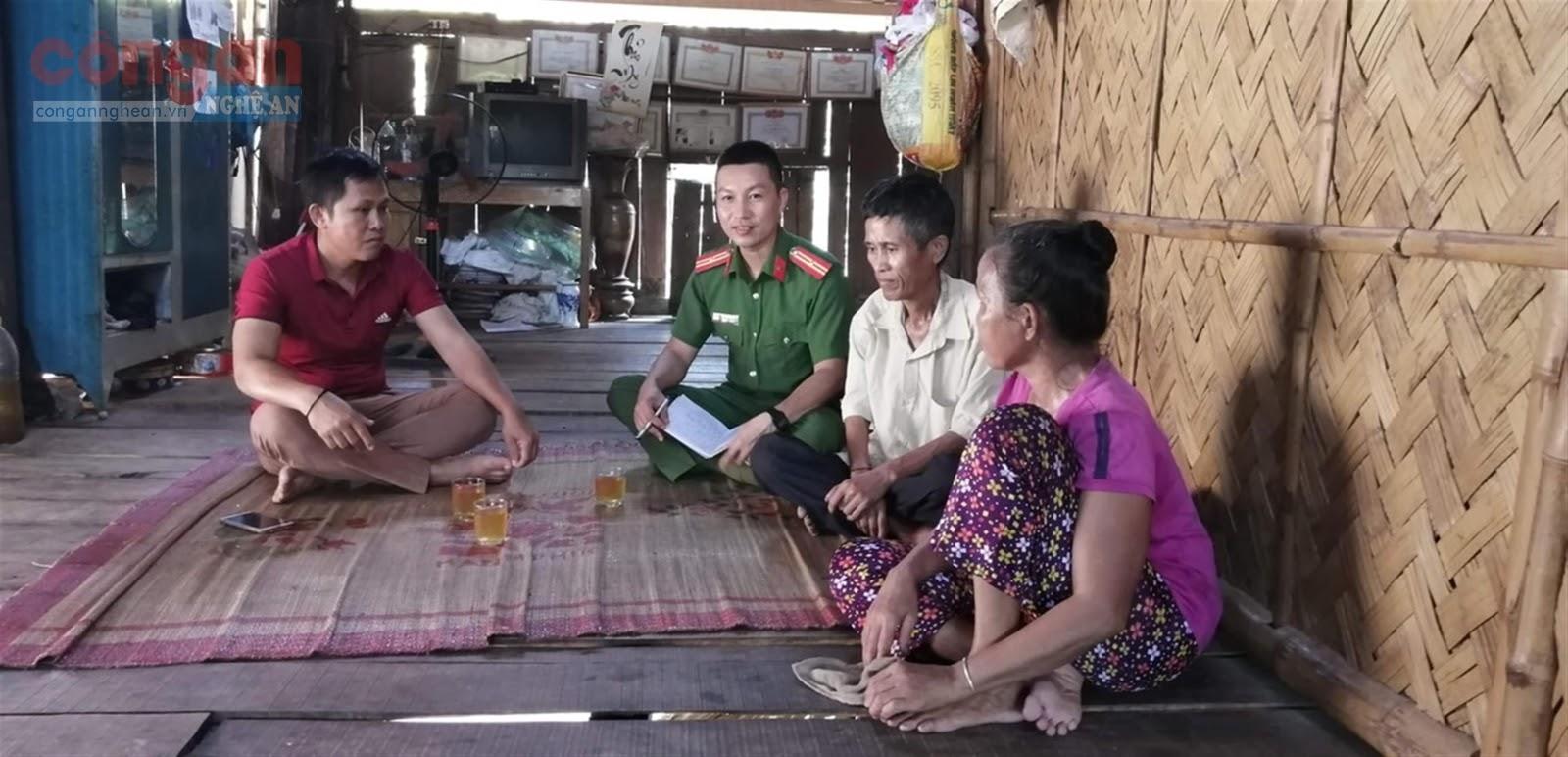 Cán bộ Công an huyện Con Cuông đến tận nhà tuyên truyền nhân dân                chấp hành nghiêm pháp luật
