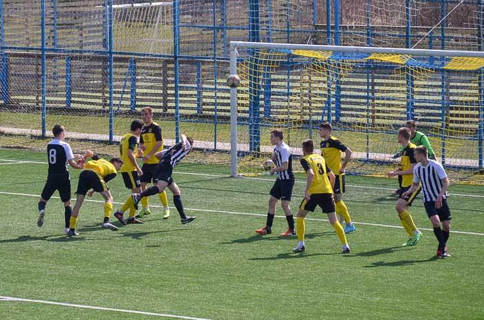 Group of people playing football Группа людей играющих в футбол