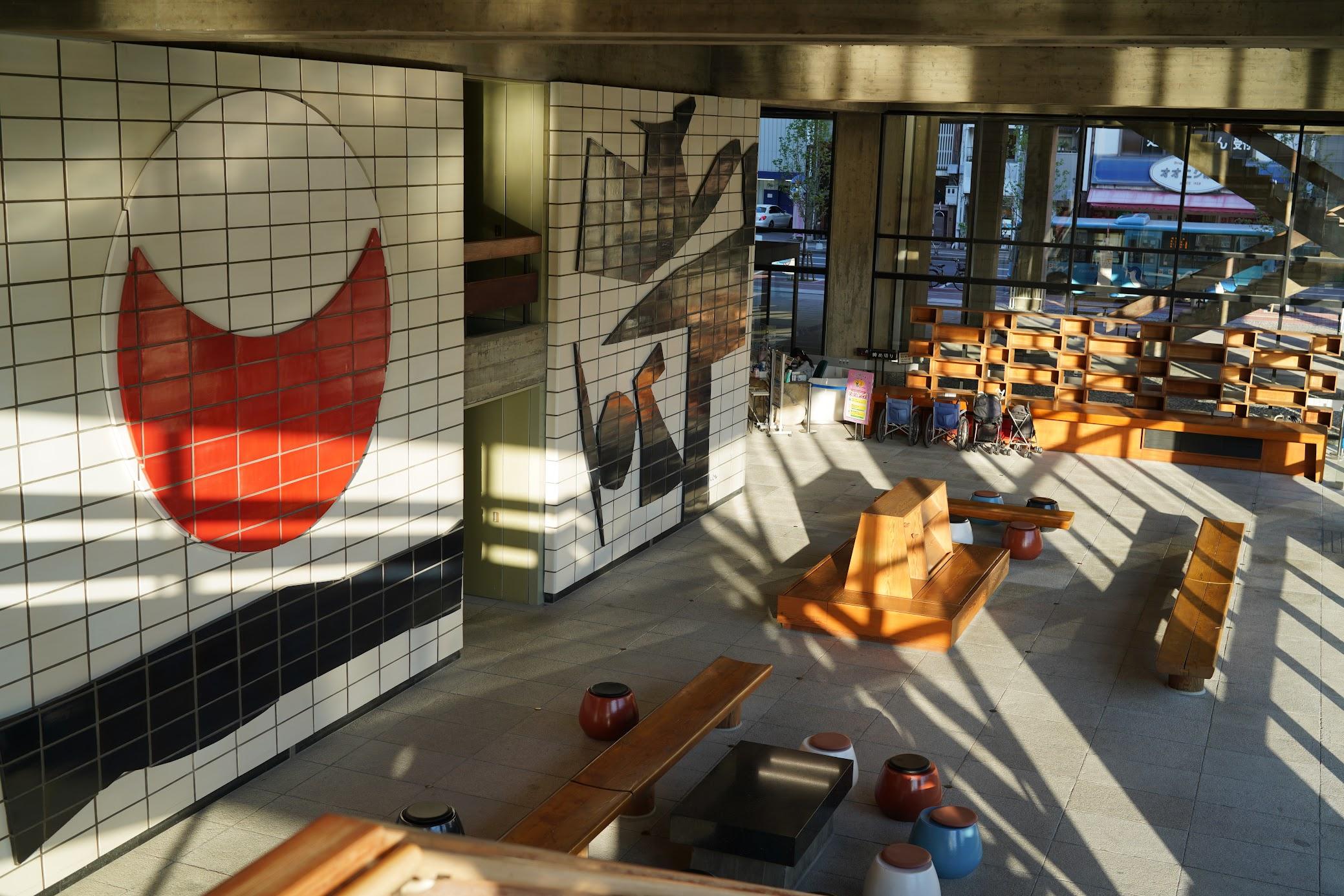 陶板壁画は、香川県出身の洋画家 猪熊弦一郎さんの『和敬清寂』。茶道の精神に戦後民主主義の理念を読み取り、太陽と月で表現したもの。