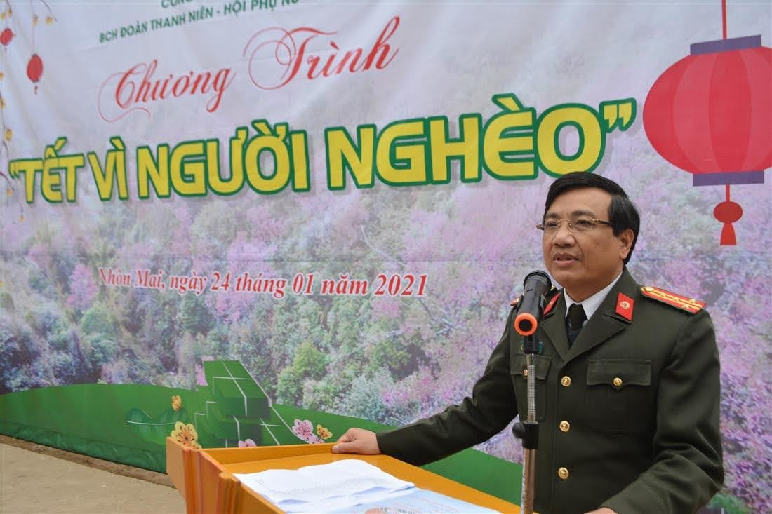 Đại tá Hồ Văn Tứ, Phó Giám đốc Công an tỉnh phát biểu tại lễ trao quà cho người dân bản Piêng Luống