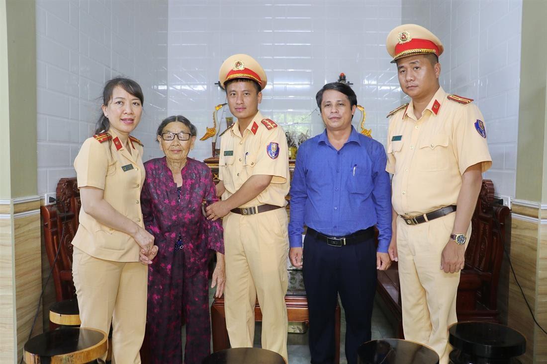 Thăm, tặng quà mẹ Việt Nam anh hùng Phạm Thị Đước, 96 tuổi, có chồng và một người con là liệt sỹ tại xã Diễn Xuân, huyện Diễn Châu.