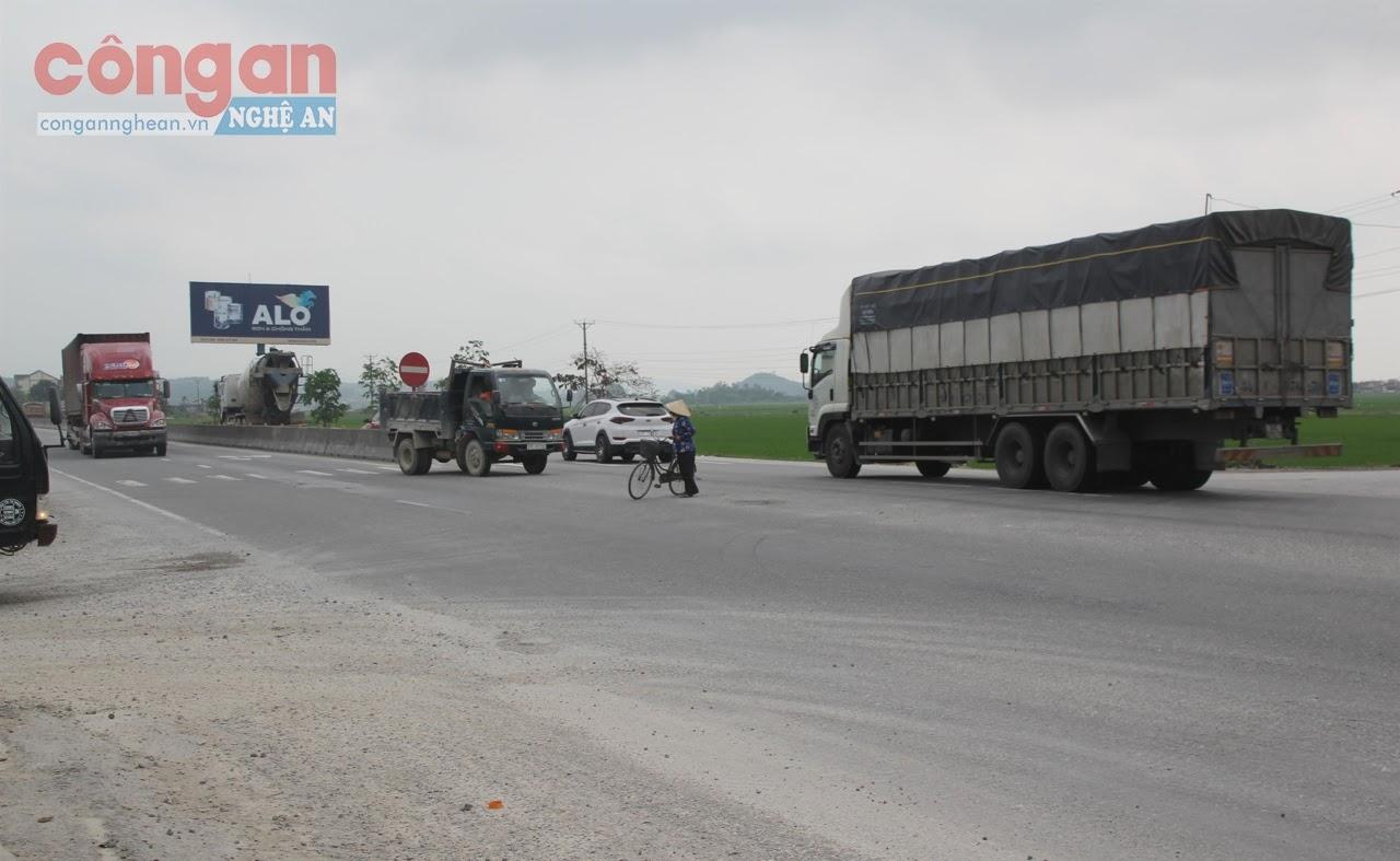 """Nhiều """"điểm đen"""" hiện nay trên địa bàn đang còn thiếu biển cảnh báo,                   vạch kẻ sơn và gờ giảm tốc nên rất dễ xảy ra tai nạn giao thông"""
