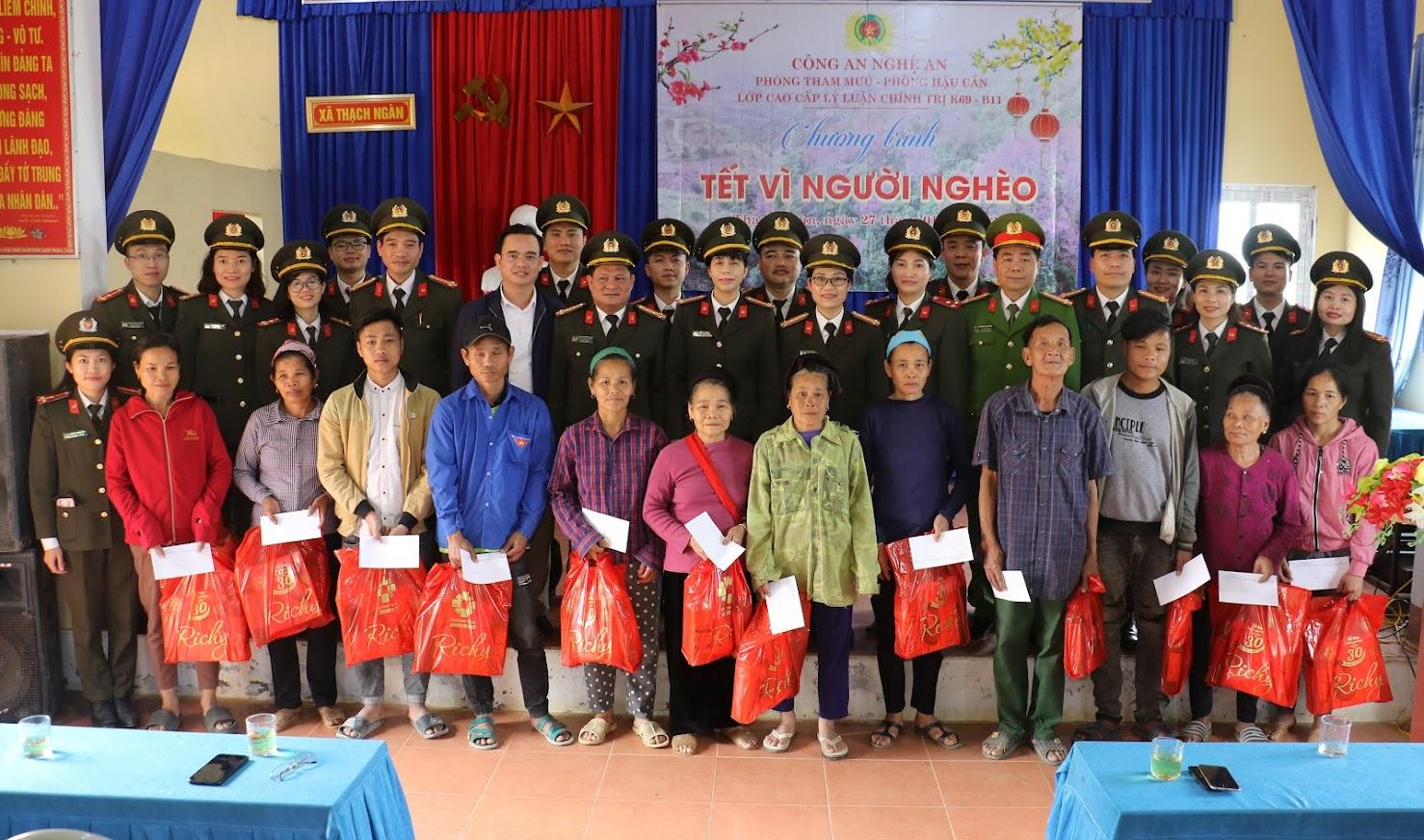 Đoàn công tác cùng cán bộ chiến sỹ và bà con nhân dân tại xã Thạch Ngàn