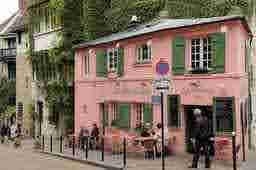 エミリー、パリへ行く Des cris de joie avec Mindy La Maison Rose